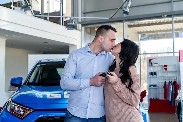 Casal apaixonado pelas chaves do carro novo