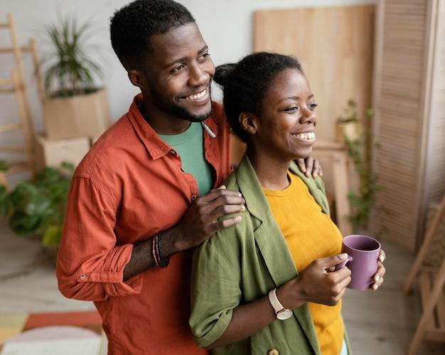 Casal apaixonado planejando redecorar a casa