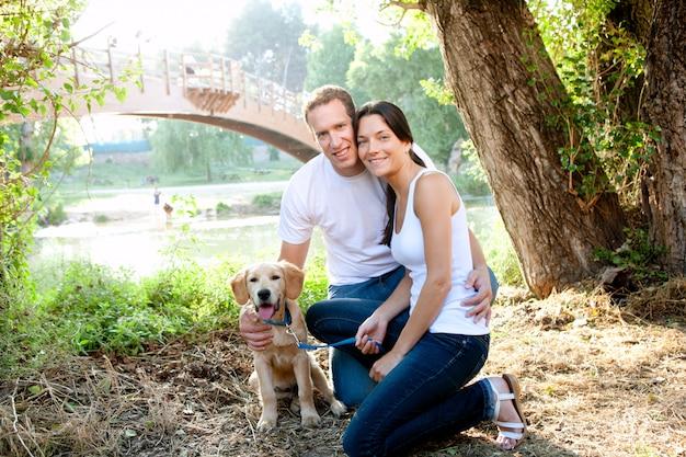 Casal apaixonado por cachorro no rio ao ar livre