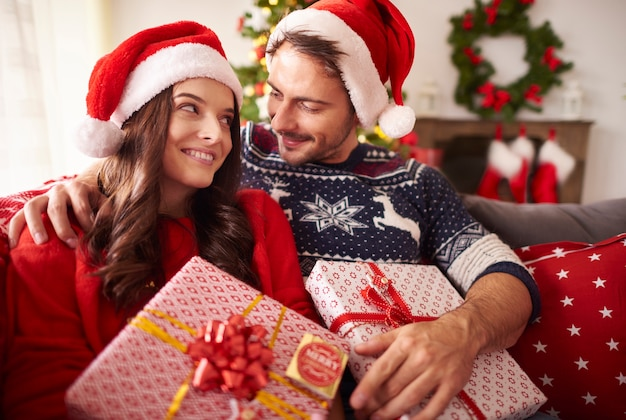 Casal apaixonado por presentes de natal