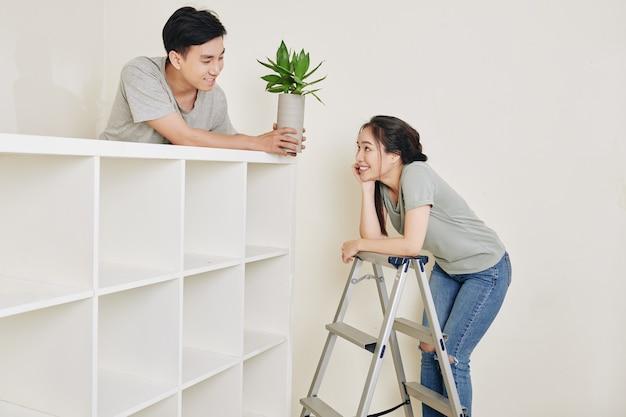 Casal apaixonado reformando casa
