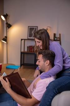 Casal apaixonado, relaxando em casa