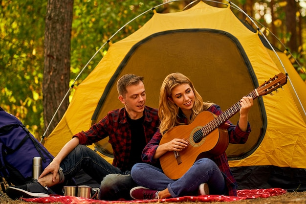 Casal apaixonado relaxando na natureza