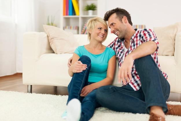 Casal apaixonado relaxando na sala de estar