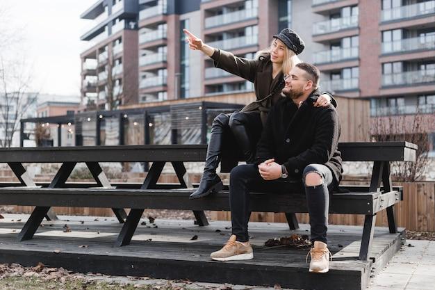 Casal apaixonado relaxante ao ar livre. casal bonito de descolados está caminhando no parque primavera. lindo dia de sol. caminhando pelas ruas da cidade, noite de primavera. conceito de compra de casa.