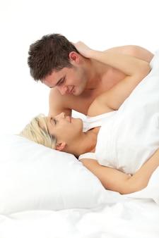 Casal apaixonado relaxante na cama