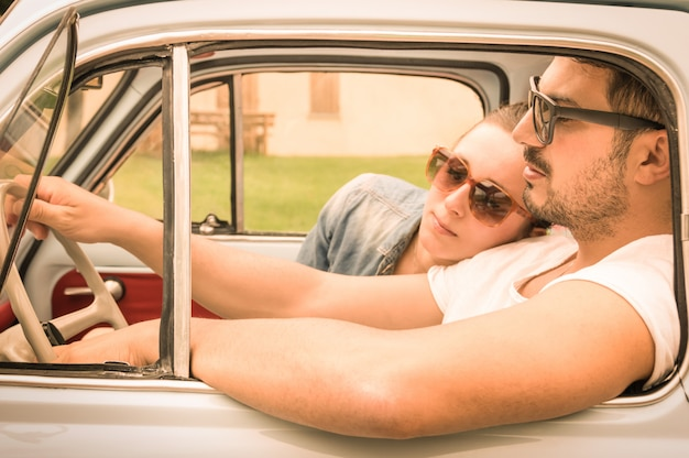 Casal apaixonado relaxante na viagem de carro