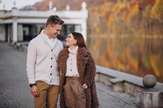 Casal apaixonado se abraçando no lago