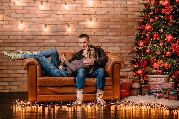 Casal apaixonado se abraçando no sofá em casa