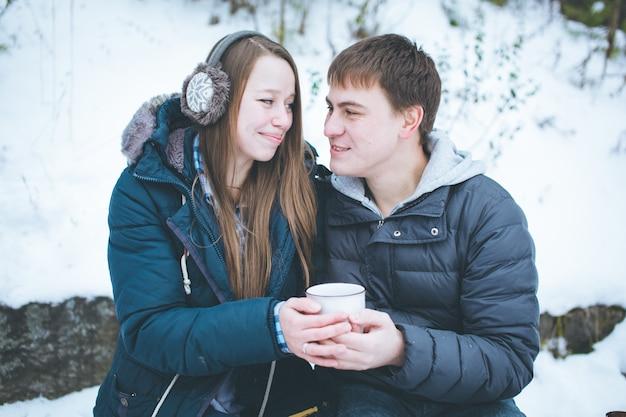 Casal apaixonado se divertindo ao ar livre no inverno