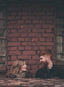 Casal apaixonado se olha e sorri