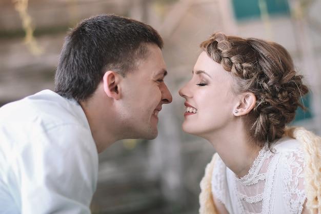Casal apaixonado se provocando em uma sala de estar estilosa