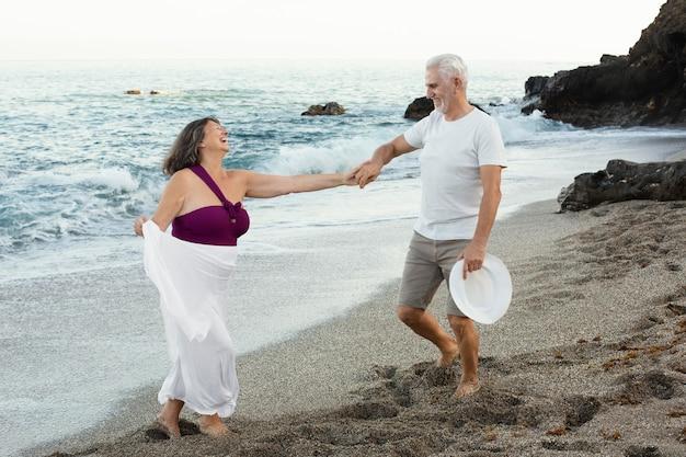 Casal apaixonado sênior passando um tempo juntos na praia