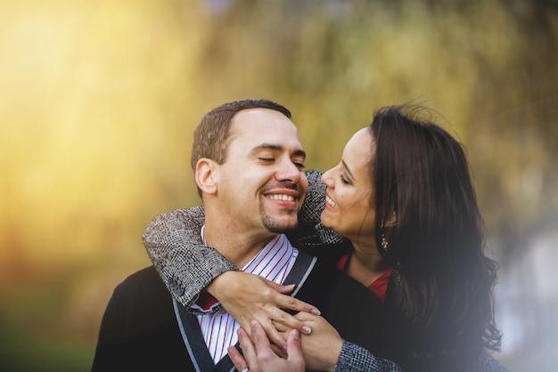 Casal apaixonado, sorrindo um para o outro