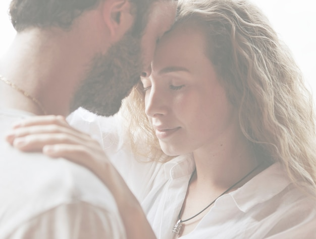 Casal apaixonado, tendo um momento romântico