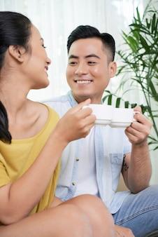 Casal apaixonado tomando café em casa