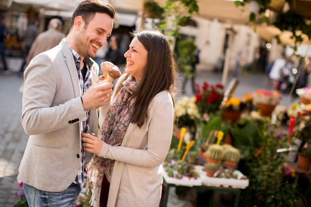 Casal apaixonado, tomando um sorvete em roma, itália