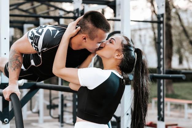 Casal apaixonado treinando juntos