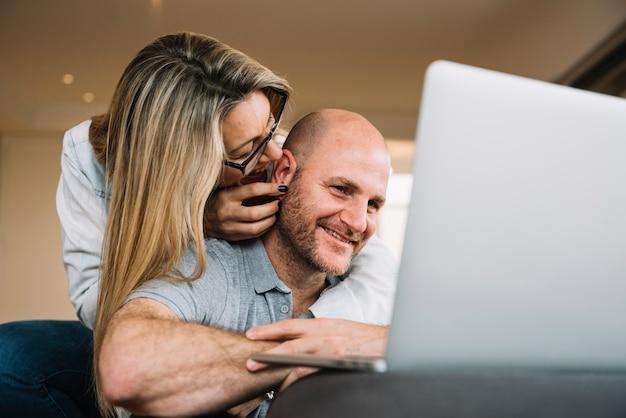 Casal apaixonado usando laptop