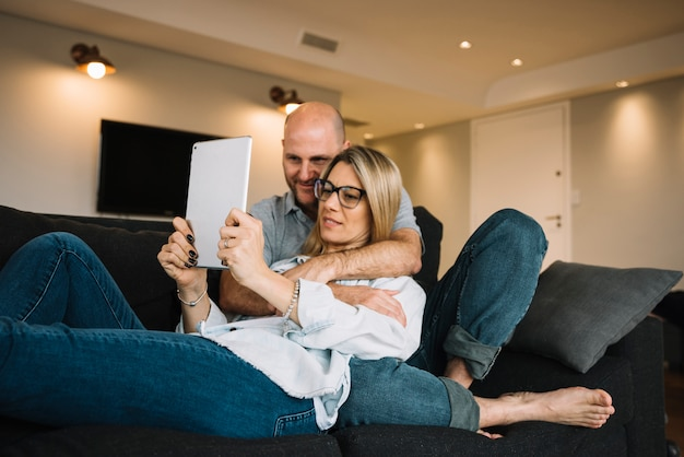 Casal apaixonado usando tablet
