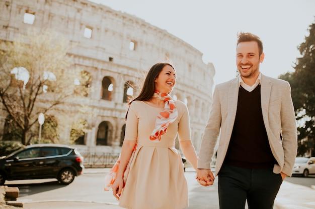 Casal apaixonado, visitando os famosos pontos turísticos italianos coliseu, em roma, itália