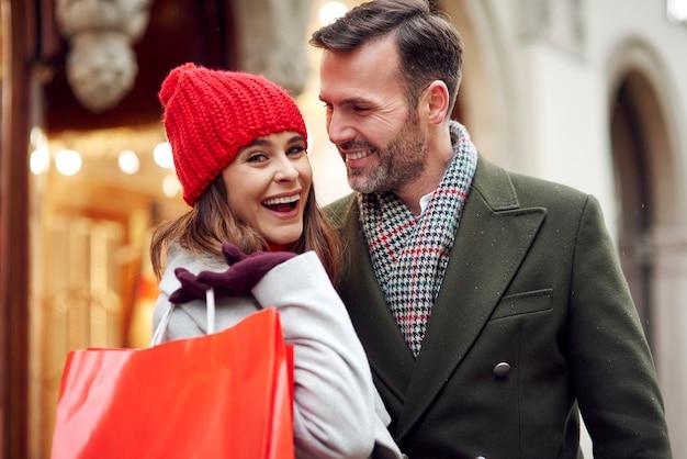 Casal após grandes compras de inverno