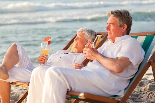 Casal aposentado bebendo um coquetel