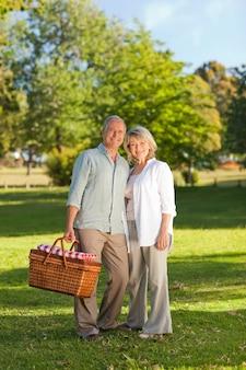 Casal aposentado que procura um lugar para fazer um piquenique