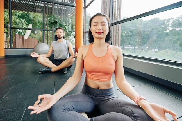 Casal apreciando meditação