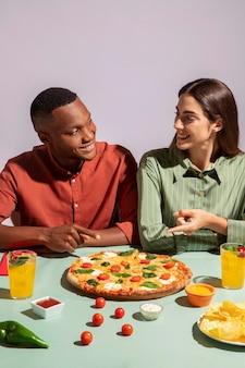 Casal apreciando uma deliciosa comida italiana