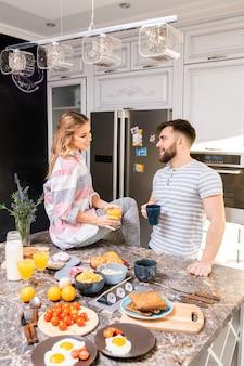 Casal aproveitando o café da manhã em casa