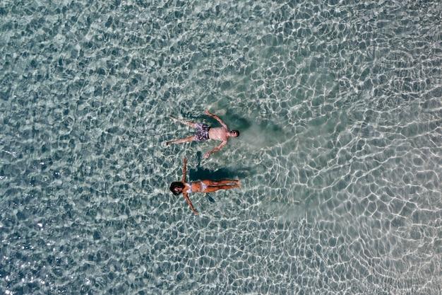 Casal aproveitando o tempo em frente à praia em coron. conceito sobre verão, estilo de vida, viagens por viajar e natureza