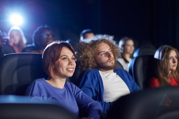 Casal aproveitando o tempo livre no cinema.