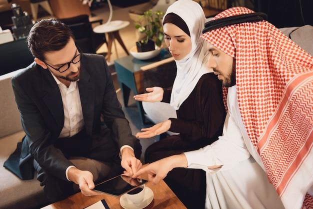 Casal árabe em discussão fazendo teste na recepção