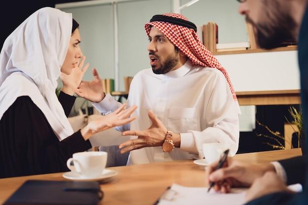 Casal árabe na briga de recepção do terapeuta
