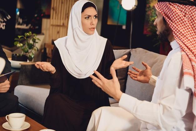 Casal árabe na recepção com um terapeuta discutindo