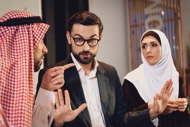 Casal árabe na recepção do terapeuta argumenta