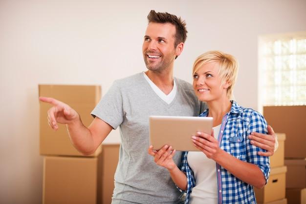 Casal arrumando sua casa depois de se mudar