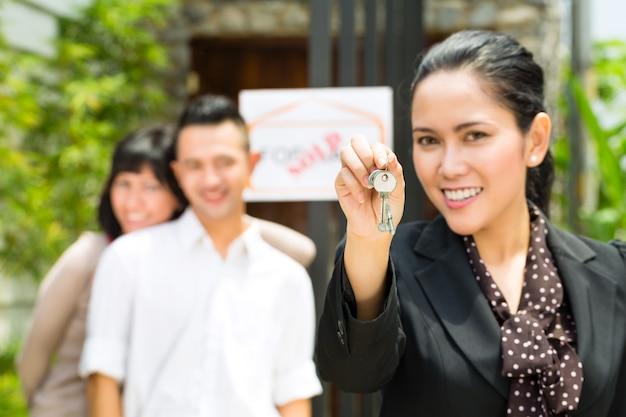 Casal asiático à procura de imóveis