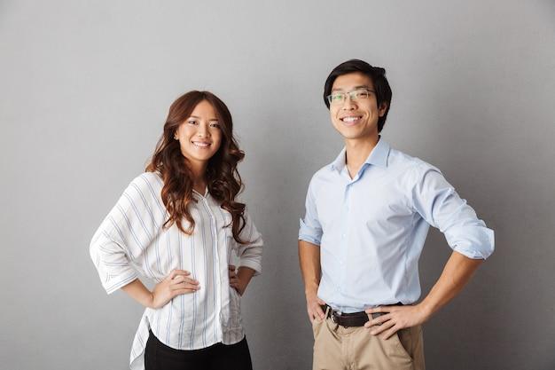 Casal asiático alegre posando sorrindo