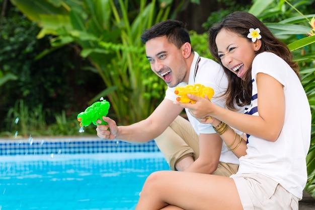 Casal asiático ao ar livre no jardim
