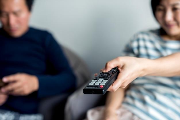 Casal asiático assistindo filme em casa juntos