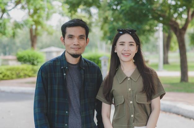 Casal asiático caminhando no parque