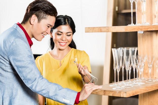 Casal asiático comprar coisas na loja de móveis
