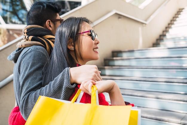 Casal asiático de compras no shopping.