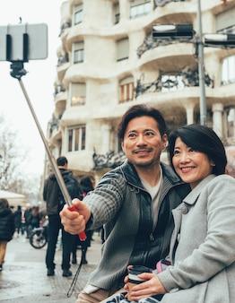 Casal asiático de férias em barcelona