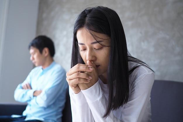 Casal asiático está estressado e chateado depois de uma discussão