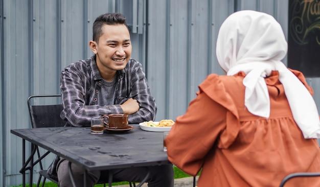 Casal asiático feliz namoro se encontra em um café