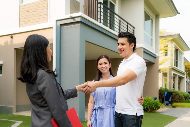 Casal asiático feliz procurando sua nova casa