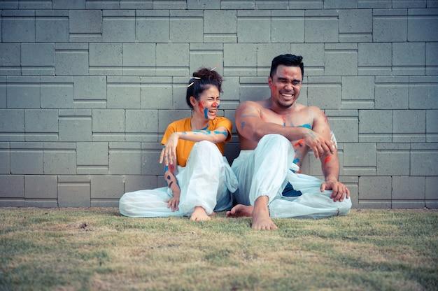 Casal asiático gosta de pintura corporal